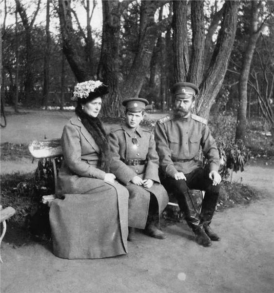 562px-Empress_Alexandra_Feodorovna,_Tsarevich_Alexei_Nikolayevich_and_Emperor_Nicholas_II_at_Tsarskoye_Selo