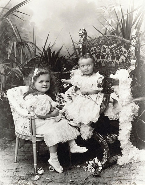 471px-Grand_Duchesses_Olga_and_Tatiana_of_Russia_as_toddlers