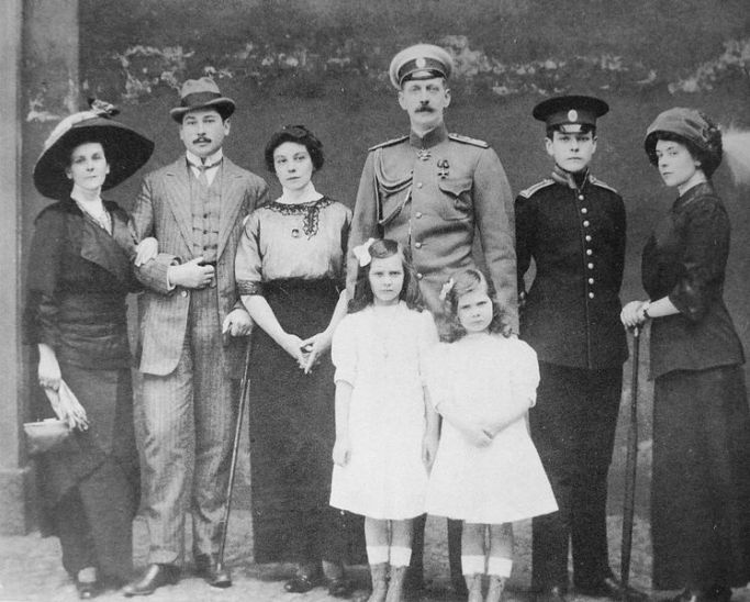 747px-The_family_of_Princess_Oga_Paley