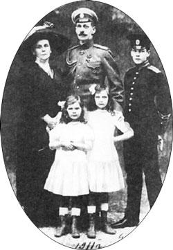 Olga_Valerianowna_Paley_with_family