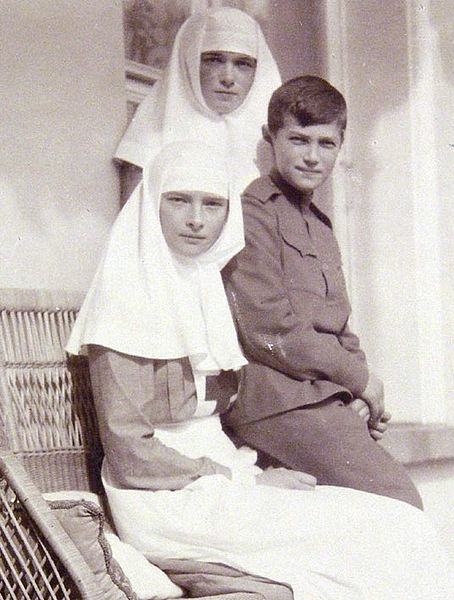 Tatiana_&_Olga_with_their_brother_Alexei