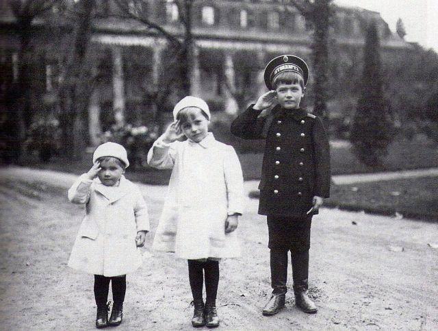 Tsesarevich_Alexei_with_his_Hessian_cousins
