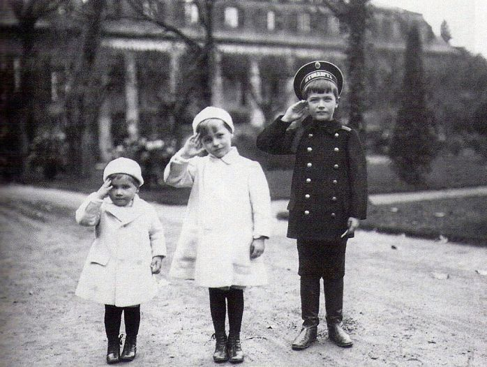 Tsesarevich_Alexei_with_his_Hessian_cousins