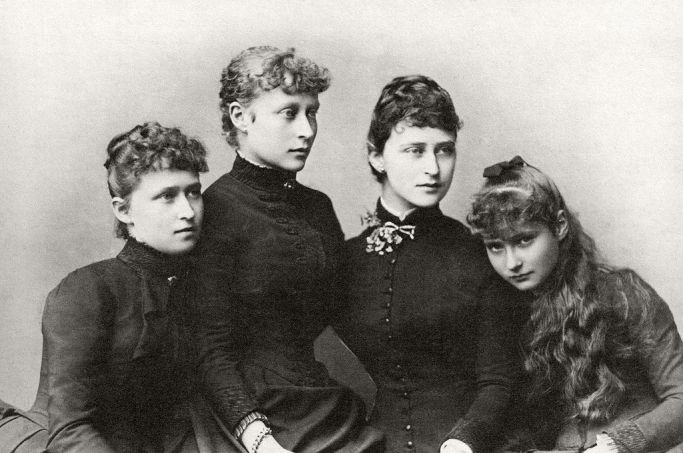 1024px-Princesses_Irene,_Victoria,_Elisabeth_and_Alix_of_Hesse_and_by_Rhine