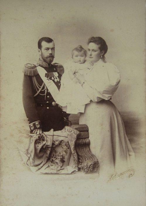 640px-1896._Николай_II_с_Александрой_Федоровной_и_дочерью_Ольгой