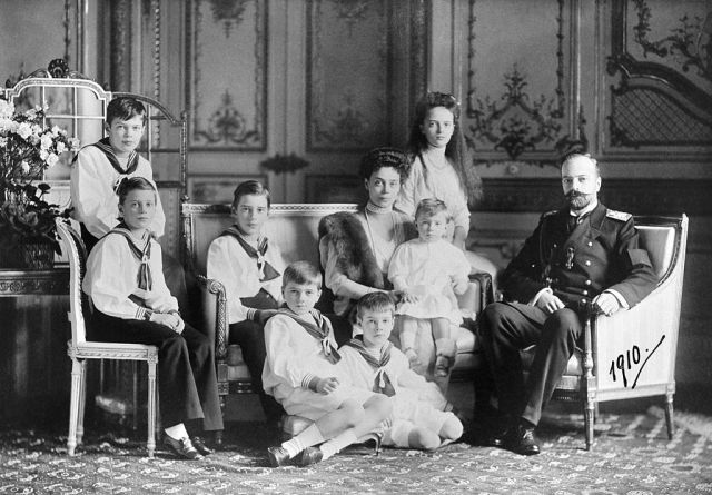 Grand_Duke_Alexandr_Mikhailovich_with_his_family