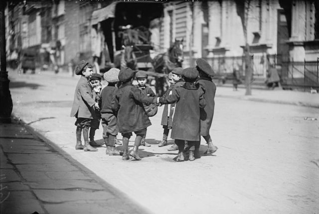 800px-Children_playing_in_street,_New_York