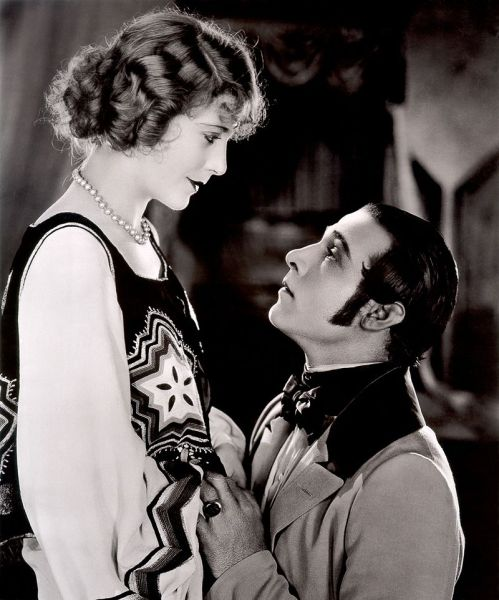 800px-Vilma_Bánky-Rudolph_Valentino_in_The_Eagle