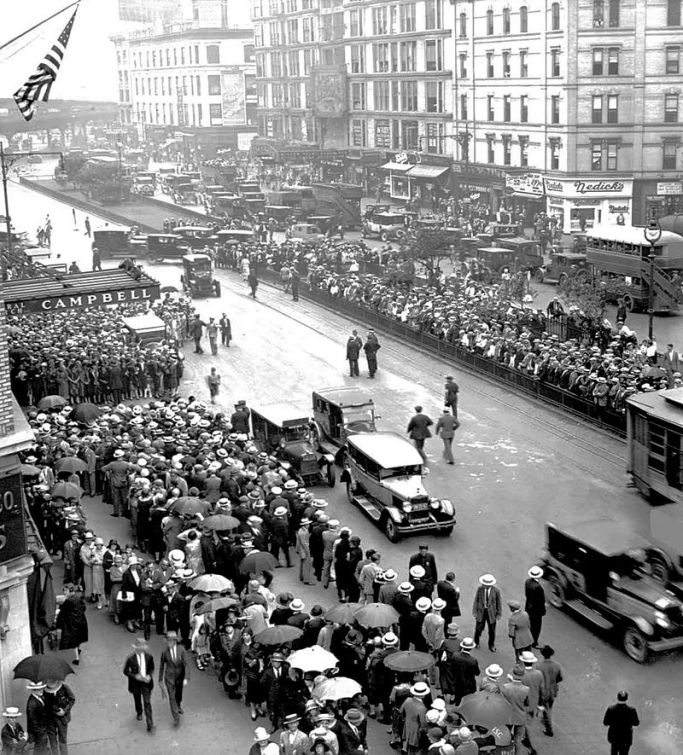 Rudolph_Valentino_funeral_1926