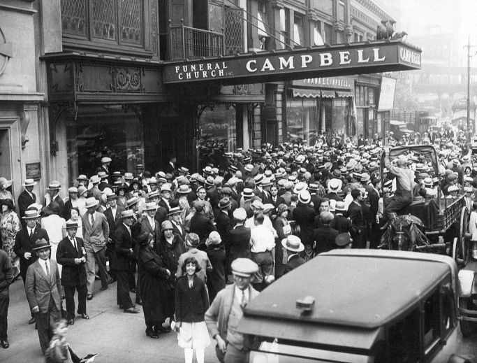 Rudolph_Valentino_funeral_2_1926