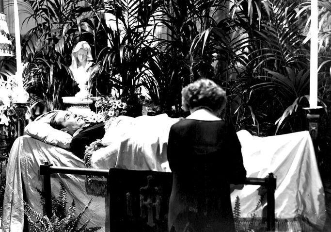 Rudolph_Valentino_wake_1926