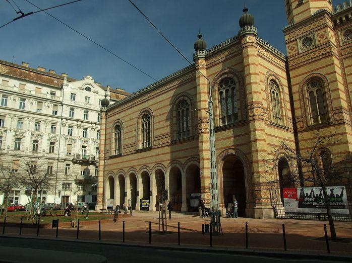 1024px-Budapešť,_Erzsebetváros,_synagoga_III