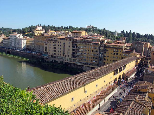 1024px-Edificio_accanto_alla_torre_dei_consorti,_veduta_dalla_terrazza_04_ponte_vecchio_e_via_de'_bardi