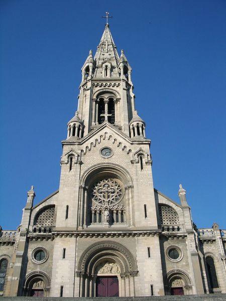 800px-Exterior_of_Notre-Dame-de-la-Croix_Ménilmontant_4