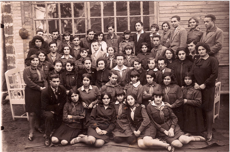 800px-Hashomer_Hatzair_youth_group_of_the_city_Slonim_in_Poland,_1934