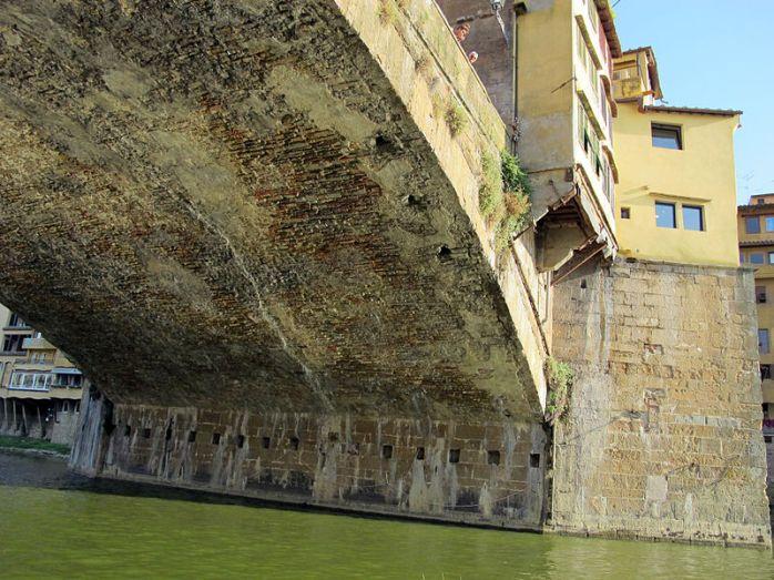 800px-Ponte_vecchio,_sott'arco_centrale_visto_dal_fiume_06