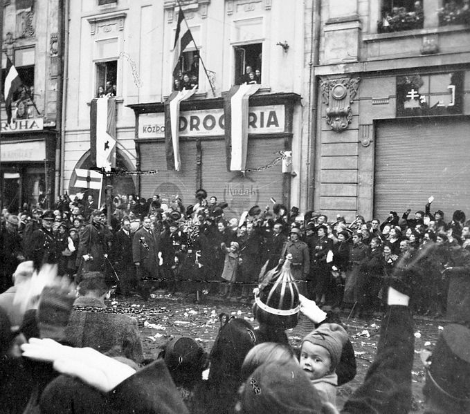 Fő_tér,_1938._november_11.,_Horthy_Miklós_kormányzó_(balra)_bevonulása._Fortepan_6168
