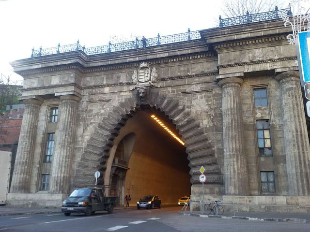 Grand_Arch,_Buda