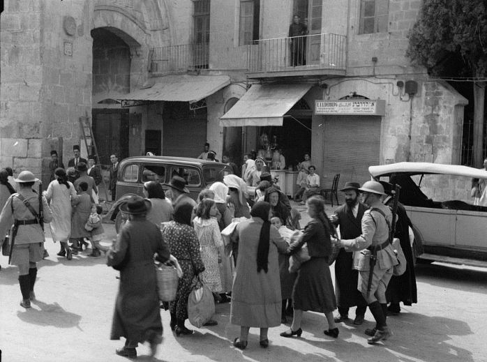 Jews_evacuate_the_Old_City,_1936