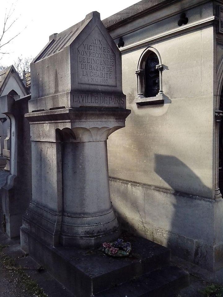 Monument_aux_victimes_non_reconnues_de_l'incendie_du_Bazar_de_la_Charité_01