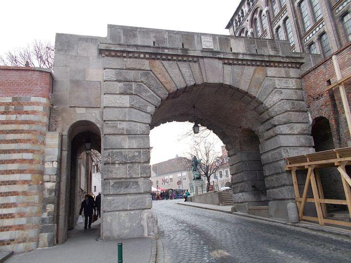 Vienna_Gate_from_Ostrom_Street._Budapest